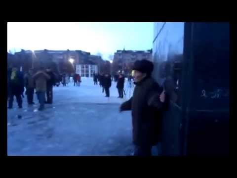 ENG SUBS Old man defends Lenin in Slavyansk/Один в поле воин.В Славянске дедушка спас Ленина