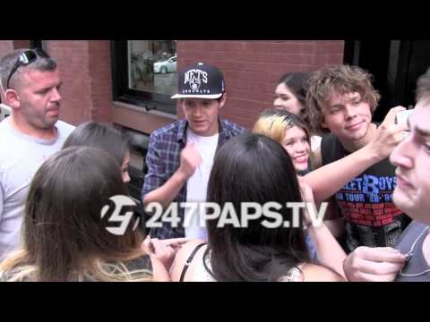 (Brand New) (Exclusive) Niall Horan and Ashton Irwin Eat Lunch in Soho NYC 08-03-14