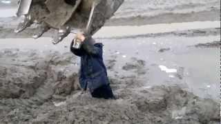 Bagger rettet einen Mann aus dem Schlamm (Video)