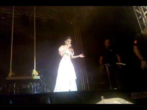 Paula Fernandes convida fã ao palco