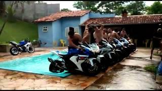 Cascata com 9 motos