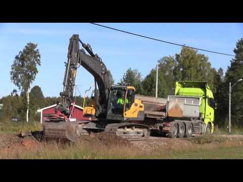 Volvo EC220DL loading Scania R620 8x4*4 @ a roadwork