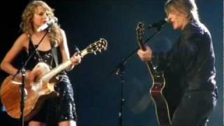 "Taylor Swift and Johnny Rzeznik of the Goo Goo Dolls sing ""Iris"""