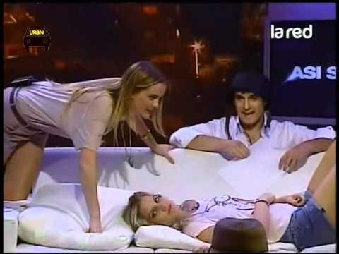 Asi Somos beso entre Javiera Suarez y Javiera Acevedo pagando penitencia La Red