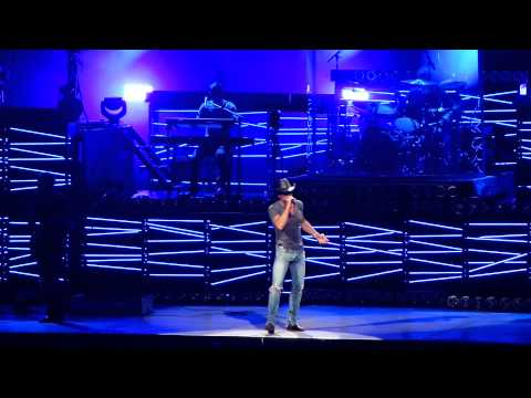 """Tim McGraw sings """"Indian Outlaw"""" in Tampa"""