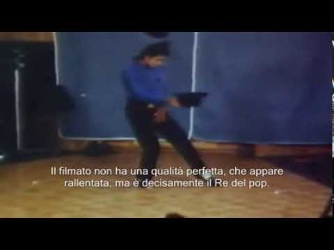 Michael Jackson, dancing  for his Madame Tussauds wax figure in 1989.( Sub Ita)