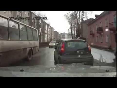 Из автомобиля вылетает  ребенок .