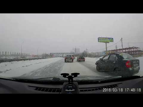 На дублере Сибирского тракта водитель Daewoo Nexia «оседлал» разделительный забор