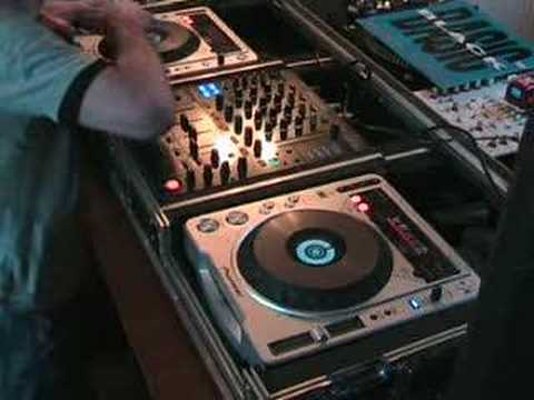DJ BEAT MIXING TUTORIAL ON A SET OF CDJ TURNTABLES.
