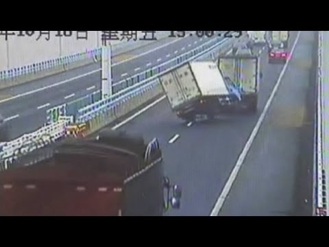 Swerving truck in China narrowly avoids disaster