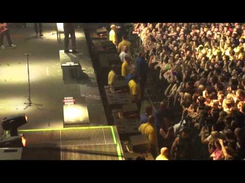 a7x avenged sevenfold girl gets hurt rockford, illinois 4-27-11