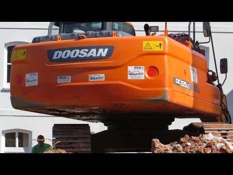 Bagger DOOSAN DX 225LC beim Abbruch einer Stadtvilla - Soeren66
