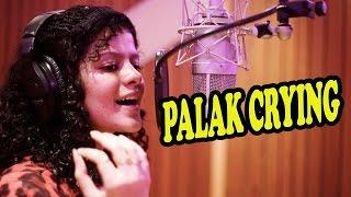 OMG: Palak Muchhal Crying पलक मुच्छल गाते हुए रो पड़ी Check Out !!!