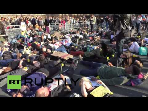 UK: 'Die-in' for drowned migrants snarls up central London