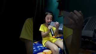 Bé rộng 6 tuổi hát karaoke