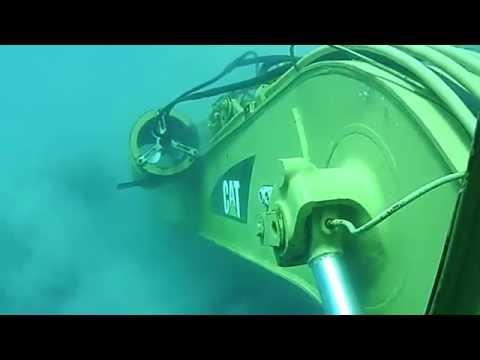 Escavadeira Hidráulica CAT submarino embaixo do MAR.