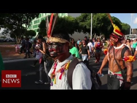 Brazil anti-World Cup protesters clash with police - BBC News