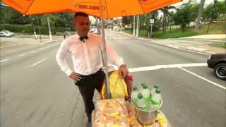 Rapaz vende água no trânsito como garçom