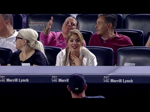 Justin Verlander gives Kate Upton a baseball