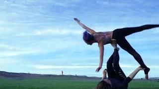 Акро-йога на пляже. 2 девушки