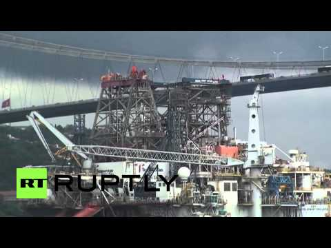 Turkey: See HUGE petrol drilling rig enter Istanbul's waters