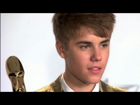 Justin Bieber Writing Memoir, Slams Papparazzi