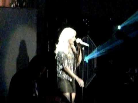 Carrie Underwood Surprises Brad Paisley While Singing