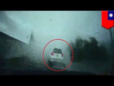 Samochód Zmieciony Z Drogi Przez Trąbę Powietrzną Na Tajwanie