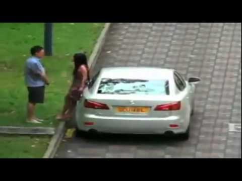 Namorado é flagrado apanhando na rua de sua namorada