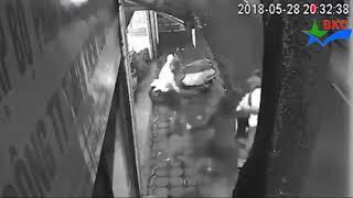 Ném ghế đẳng cấp hạ gục tên trộm xe máy