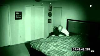 Homem filma o quarto enquanto dorme