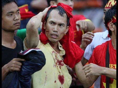 Vietnam beat Malaysia. Malaysia's fans hit Vietnam's fans (AFF Suzuki Cup 2014)