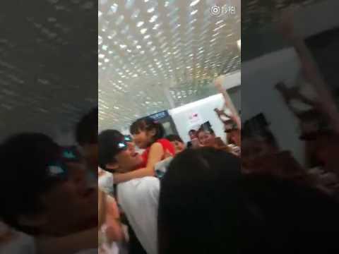 Димаш улетает: аэропорт Шеньчжень, девочка подбежала обнять на прощанье