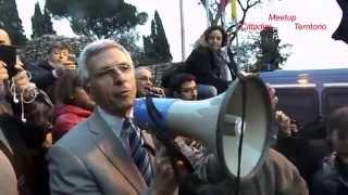 video Roma 25 novembre 2014, Campidoglio, continua la vertenza tra i 24.000 dipendenti comunali ed il Sindaco di Roma. In Piazza è evidente la delusione e la rabbi...