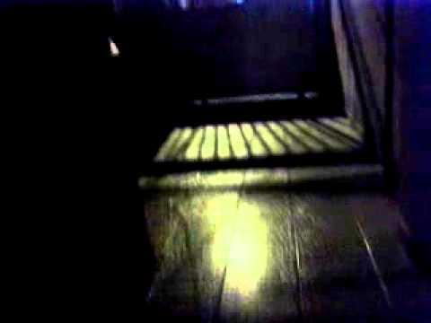 m�quina da romaneira preta l� na sala em cima