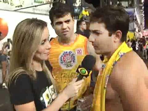 Repórter Da Band Beija Folião No Carnatal