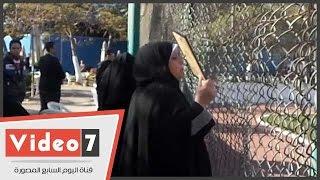 صراخ وبكاء أمهات شهداء أحداث بورسعيد أمام ملعب الأهلى