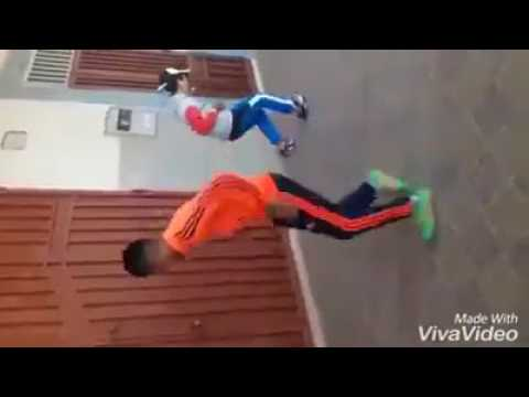 اطفال مغاربة يرقصون الشعبي رقص مضحك ورائع thumbnail
