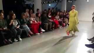 عارضة أزياء بساق واحدة تبهر الجميع في أسبوع الموضة بلندن