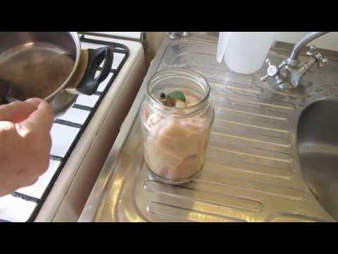 Как солить сало в банке - видео