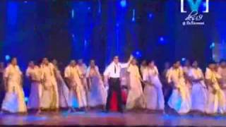 Shahrukh Khan and Kareena Kapoor performing Chamak Challo