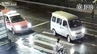 Bị tai nạn không người giúp, người phụ nữ bị ô tô đâm liên tiếp