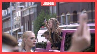 Limousines en kinderchampagne op het eindfeest van groep 8