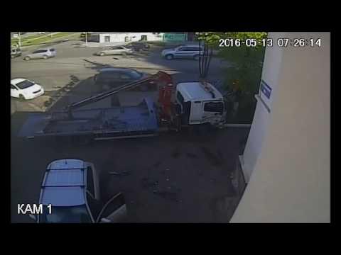 Эвакуатор, нарушив ПДД, столкнулся в машиной и снес светофор в Нижнем Новгороде