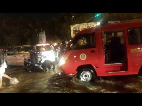 Banjir jakarta di daerah taman mini