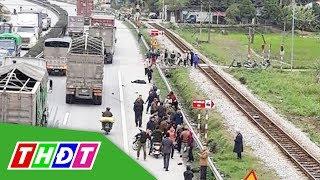 Xe tải đâm vào đoàn người đi viếng nghĩa trang, 8 người tử vong | THDT