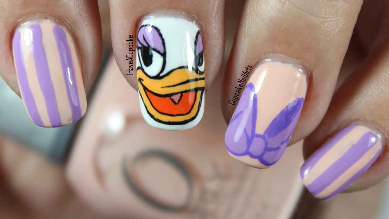 Disney Nail Art Daisy Duck