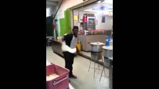 පිස්සු හැදෙන පරාටා හැදිල්ලක්....This Man really got some moves with Paratha