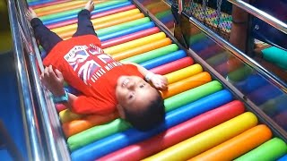 Zefa mandi bola dan main seluncuran jembatan pelangi ❤