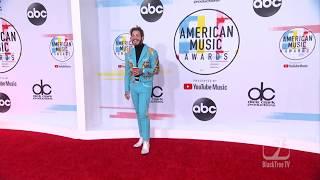 Post Malone hits red carpet at American Music Awards 🎶